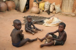 Enfants dans le village de Sé